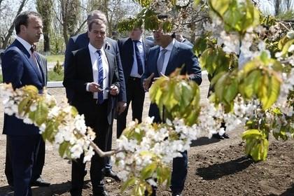 Thủ tướng Nga Medvedev (giữa) tại Crimea