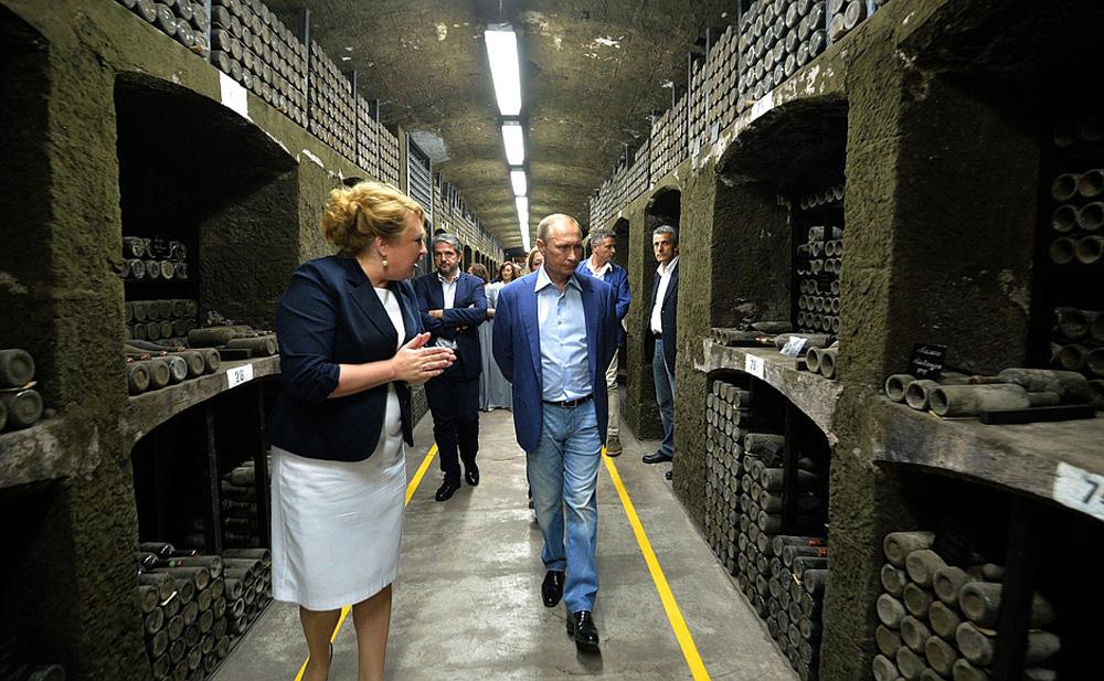 Ông Putin tham quan hầm rượu của nhà máy Massandra ở Yalta, Crimea ngày 11/9