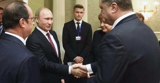 Tổng thống Ukraine bắt tay Tổng thống Nga Putin tại Paris