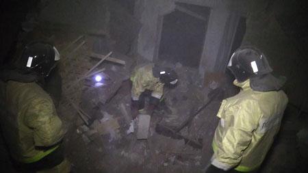 Tòa nhà dân cư chỉ còn là đống gạch vụn sau cuộc nã pháo chết người của quân đội Ukraine