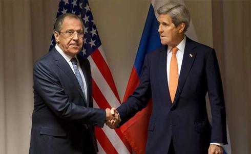 Ngoại trưởng Nga Sergei Lavrov (trái) bắt tay với Ngoại trưởng Mỹ John Kerry