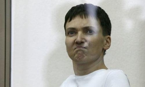 Phi công Ukraine Nadia Savchenko trong buồng bị cáo