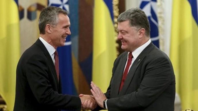Tổng thống Ukraine, Poroshenko (phải) bày tỏ ý muốn gia nhập NATO