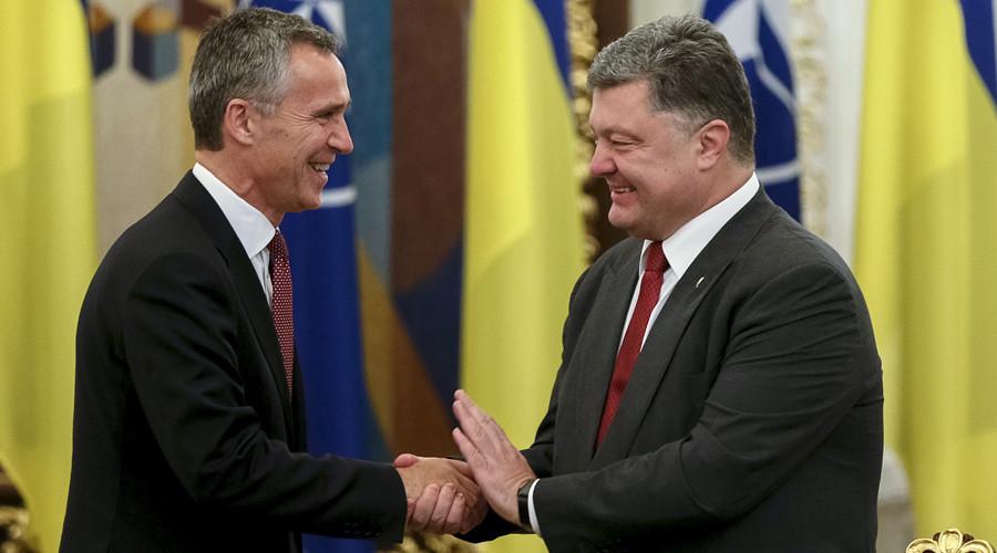 Tổng thống Ukrainian Petro Poroshenko (phải) chào mừng Tổng thư ký NATO Jens Stoltenberg ngày 22/9