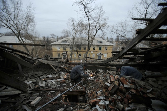 Tình hình Ukraine mới nhất: Sửa chữa đường ống khí đốt của một tòa nhà bị bom đạn đánh trúng ở Donetsk