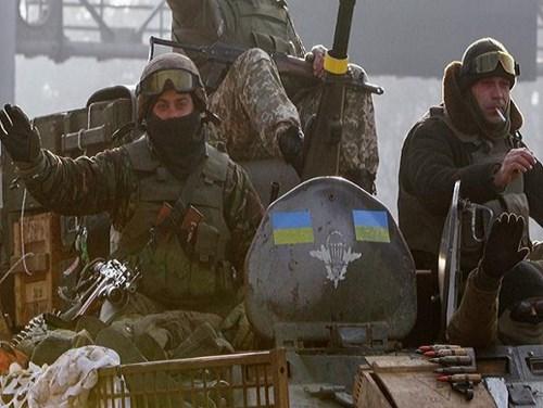 Binh lính Ukraine trên một chiếc xe bọc thép triển khai tại miền Đông