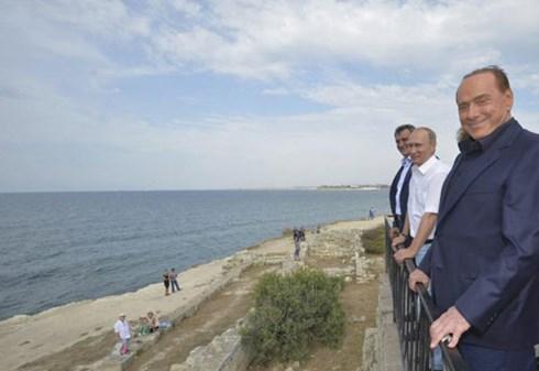 Tổng thống Nga Putin và cựu Thủ tướng Italy Silvio Berlusconi (phải) thăm Crimea hôm 12/9, theo tình hình Ukraine mới nhất