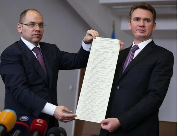Trưởng ban Bầu cử trung ương Ukraine giới thiệu lá phiếu bầu cử quốc hội do chính quyền Kiev tổ chức ngày 26/10