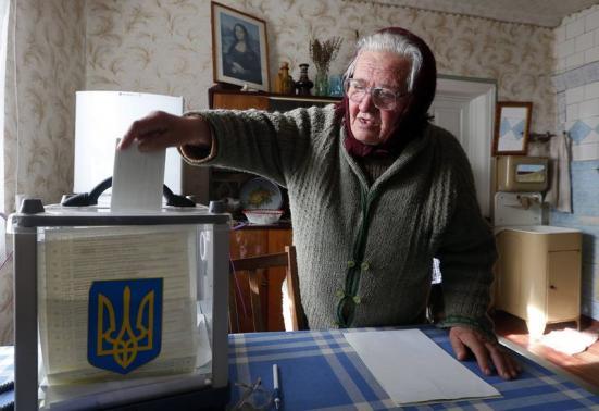 Hình ảnh người dân Ukraine tham gia bỏ phiếu bầu cử Quốc hội