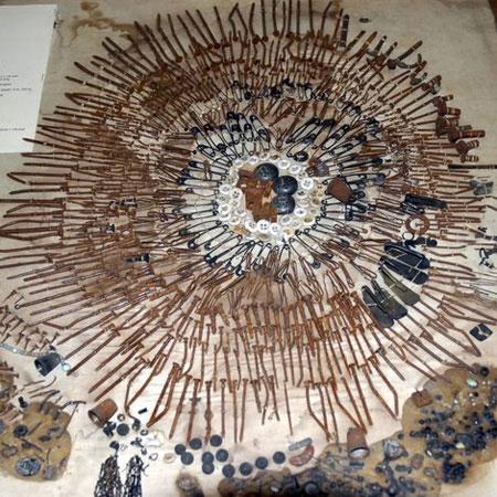 Những đồ vật được tìm thấy trong người các bệnh nhân tầm thần cũng được trưng bày