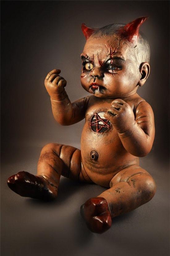 Búp bê 'con của quỷ' đáng sợ được tạo ra bởi lòng ghen tuông, thù hận của con người