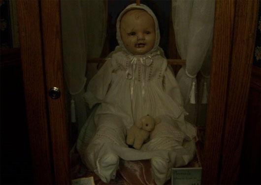 Búp bê Mandy với vẻ ngoài trẻ thơ lại là nỗi ám ảnh của nhiều du khách