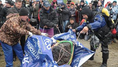 Mảnh thiên thạch được các thợ lặn tìm thấy ở hồ Chebarkul, phía Nam Urals, nước Nga
