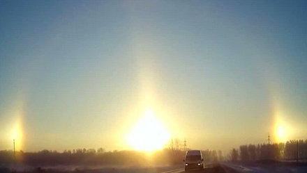 Hình ảnh một mặt trời lớn và hai mặt trời nhỏ hơn cùng mọc ở TP Chelyabinsk