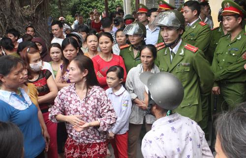 tin tức mới cập nhật 24h ngày 27/11: Hàng trăm người dân và người thân đã đưa thi thể nạn nhân Duyên tới bao vây Bệnh viện Sản - Nhi tỉnh Ninh Bình