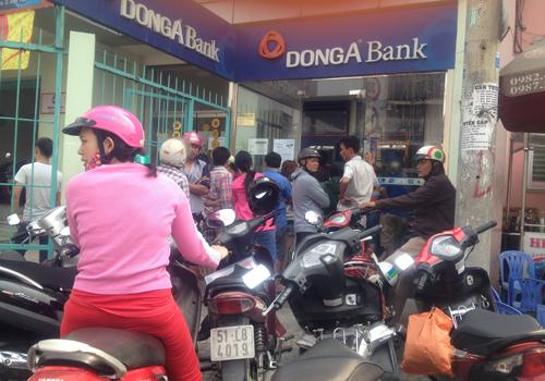 Ngày làm việc cuối cùng của năm Giáp Ngọ, điểm giao dịch ATM của nhiều ngân hàng đều đông nghịt