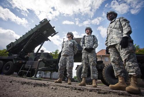Theo AP, Ba Lan theo dự kiến sẽ quyết định việc trang bị hệ thống phòng thủ tên lửa mới nào trong năm nay. Hiện nay Patriot, do nhà thầu quốc phòng Mỹ Raytheon sản xuất, đang cạnh tranh với một hệ thống tên lửa của Eurosam, nhà sản xuất liên doanh của MBDA Pháp, MBDA Italy và Tập đoàn Thales của Pháp, để giành được vị trí trên.  Nếu Ba Lan lựa chọn mua khẩu đội tên lửa Patriot đồng nghĩa với việc sẽ có thêm binh lính Mỹ được điều động tới nước này, điều có lợi cho Warsaw, Đại sứ Mỹ tại Ba Lan Stephen Mull tháng trước phát biểu.  Hiện Ba Lan đang tiến hành kế hoạch tăng chi tiêu quân sự mạnh mẽ trong bối cảnh Nga can thiệp vào tình hình Ukraine. Warsaw có kế hoạch đầu tư vào các hệ thống phòng không, tàu ngầm, trực thăng cùng các máy bay không người lái mới.