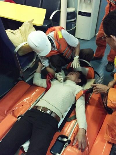 Tàu SAR 412 đang chăm sóc và đưa ngư dân bị nạn về Đà Nẵng.