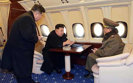 Ông Kim Jong-un (giữa) nói chuyện với chủ nhiệm tổng cục chính trị quân đội Triều Tiên Hwang Pyong So (phải) trong chuyến thị sát
