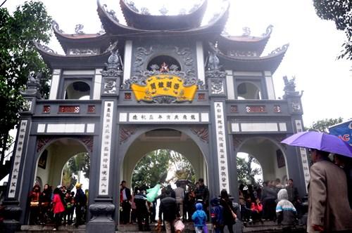 người dân Hà Nội nô nức đi lễ chùa trong tiết trời đúng kiểu Tết miền Bắc: se se lạnh, có mưa xuân.