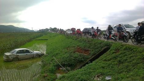 Hiện trường vụ tai nạn chiếc ô tô con đâm gãy cột mốc rồi lao xuống ruộng lúa