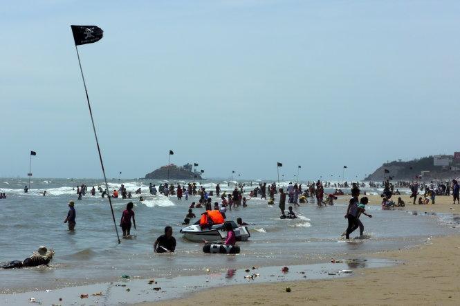 Cờ đen nguy hiểm cấm tắm cắm trên bãi biển Vũng Tàu
