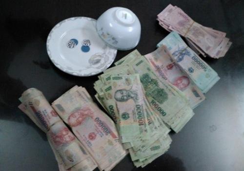 Tang vật thu giữ gồm bát sứ, đĩa sứ, 24 xe máy và hơn 130 triệu đồng tiền mặt