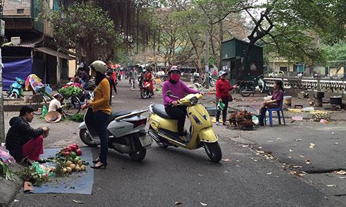Khung cảnh vắng vẻ tại chợ Nghĩa Tân, Cầu Giầy, Hà Nội.