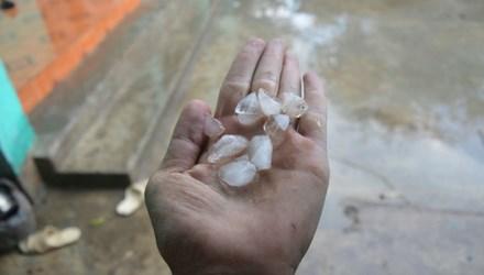 Những viên mưa đá xuất hiện tại vùng núi cao Thanh Hóa ngày 23/2