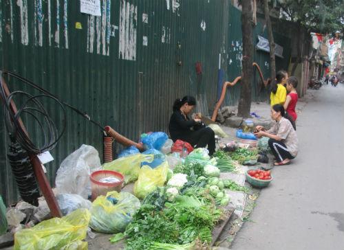 Do chợ chính chưa mở trở lại, các chợ cóc được dịp lên ngôi
