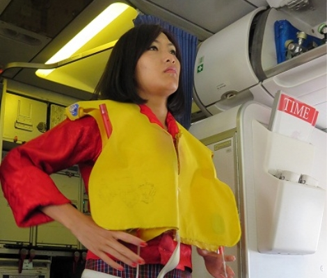 Áo phao được để dưới gầm ghế ngồi của hành khách, chỉ được dùng trong tình huống khẩn cấp hạ cánh trên mặt nước và phải theo chỉ dẫn của tiếp viên.