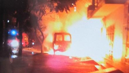 Xe ô tô Mercedes như một ngọn lửa lớn bùng cháy dữ dội giữa đêm.