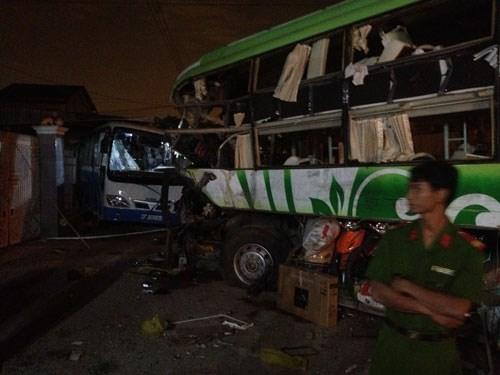 Hiện trường thảm khốc nơi hai chiếc xe khách đâm nhau