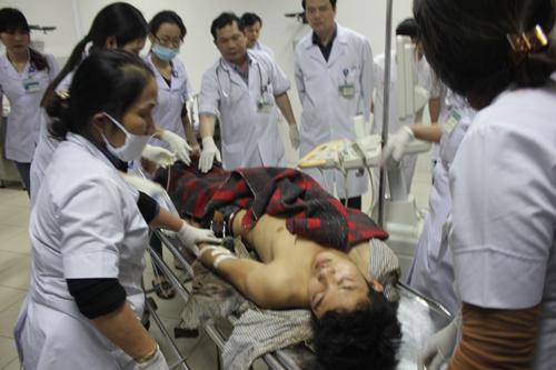 Ngành y tế cũng đã huy động hơn 20 xe cứu thương đến, trong có có những xe được đưa từ Nghệ An vào ứng trực để cấp cứu kịp thời cho các nạn nhân.Ảnh Vietnamnet