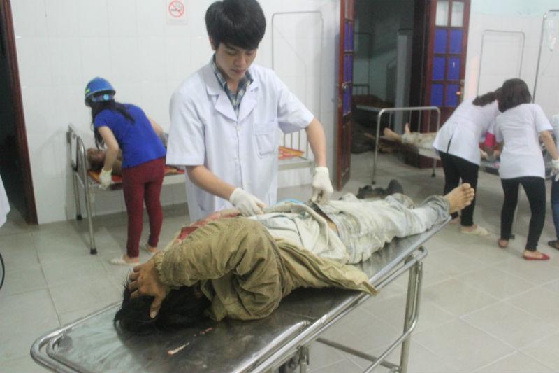 Những công nhân may mắn thoát nạn đang cố gắng đưa số công nhân bị thương vào phòng cấp cứu. Mọi việc diễn ra hết sức khẩn trương.Ảnh Vietnamnet