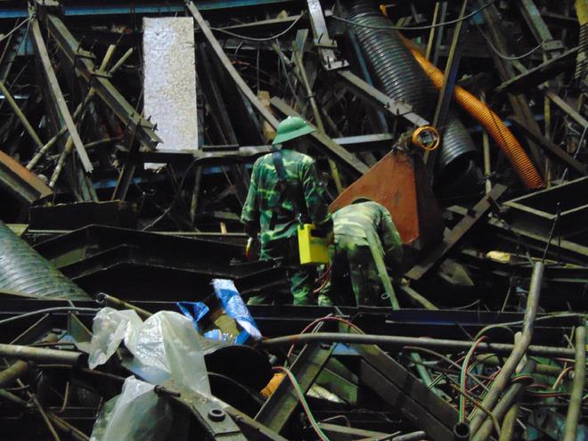 Rất nhiều công nhân đang thi công tại đây đã bị thương, phải đưa vào bệnh viện cấp cứu. Một số khác bị vùi lấp dưới đống đổ nát.Ảnh VnExpress