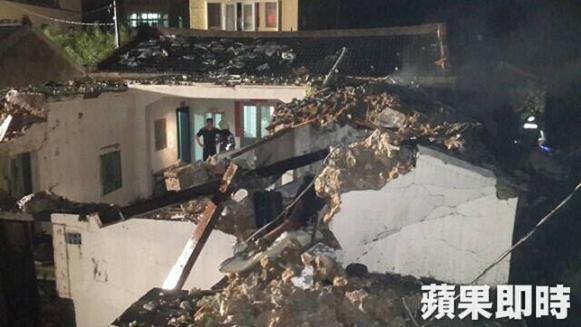 Các ngôi nhà bị đổ sập, may mắn không có ai trong nhà bị chết hoặc bị thương. Đồ dùng và các phương tiện hư hại nặng