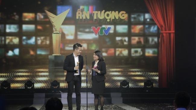 Ca sĩ Hồ Trung Dũng và nhà báo Tạ Bích Loan công bố giải thưởng trong chương trình Ấn tượng VTV 2014