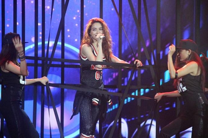 Hồ Ngọc Hà 'đốt cháy' sân khấu Tôi là người chiến thắng 2015 với ca khúc What is love cùng phần vũ đạo sôi động