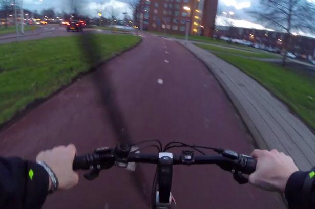 Các sĩ quan cảnh sát đã mượn xe đạp để đuổi bắt tội phạm