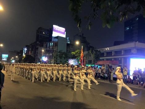 Tối 29/8, 30.000 người đã tham gia buổi tổng duyệt diễu binh, diễu hành mừng Quốc khánh 2/9 xuất phát từ Quảng trường Ba Đình đi qua nhiều tuyến phố Hà Nội. Ảnh pháp luật Thành Phố Hồ Chí Minh