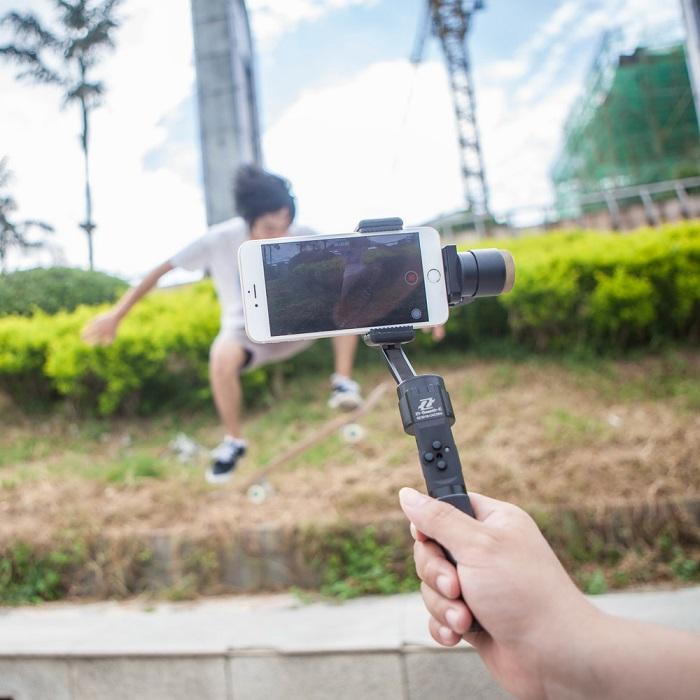Zhiyun Z1-Smooth-C là phụ kiện điện thoại cần thiết với những ai yêu thích selfie. Ảnh: Bestimagebase