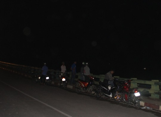 Khuya cùng ngày, nhiều người vẫn còn đứng trên cầu bàn tán xôn xao về vụ tai nạn lật ghe đáng tiếc ở TPHCM