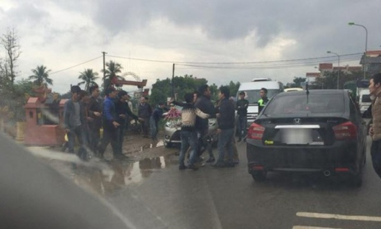 Vụ chặn xe hoa cướp cô dâu ở Hà Nội, dư luận đưa ra nhiều ý kiến trái chiều quanh hành xử của cô dâu chú rể