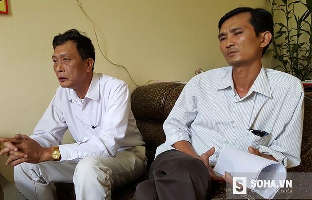 Hai cán bộ phòng NN & PTNT huyện Thanh Thủy (ông Sinh bên trái), trong buổi làm việc với PV