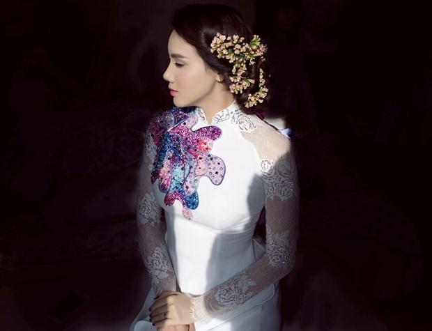 Trang Nhung 'nổi bần bật' trên xe cưới bạc tỷ