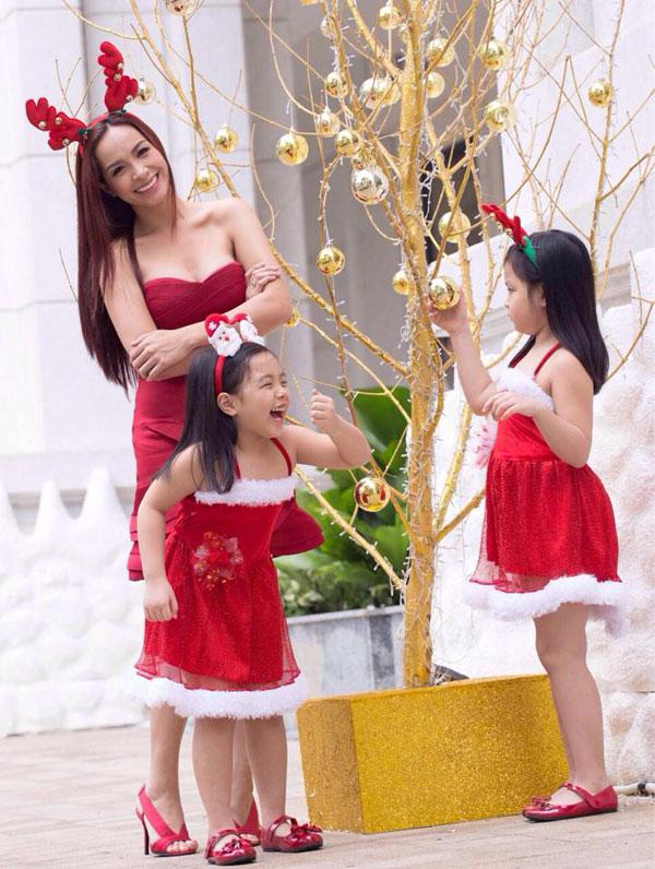 Thúy Hạnh cũng chọn trang phục tông đỏ khi đi chơi với gia đình trong ngày Giáng sinh 2015