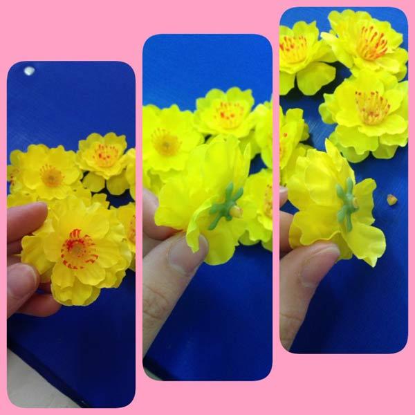 Làm cầu hoa trang trí nhà đón Tết cần một chút tỉ mỉ ở bước gắn hoa