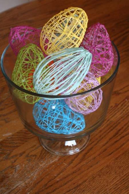 Dùng nhiều màu len khác nhau để tạo sự độc đáo cho vật dụng trang trí nhà đón Tết