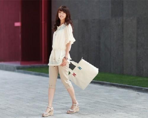 Những trang phục có chất liệu mềm, co dãn nhẹ  để đôi chân vòng kiềng không bị vải làm cho thô cứng.